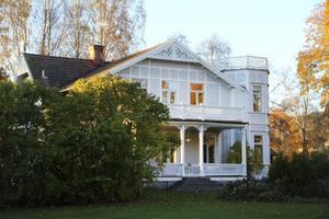 Strömsbruks AB var inte förste ägare till den före detta förvaltarbostaden. Byggherren i slutet av 1800 - talet hette länsman Liljenkvist.