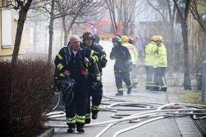 Personal från tre stationer – sammanlagt 20 brandmän – bekämpade branden på Brynäs i går.