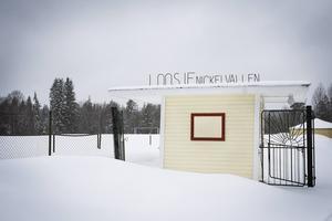 På Nickelvallens fotbollsplan finns det lite aktivitet om somrarna i form av fotbollsskola, men intresset är rätt svalt, enligt Petter Ivarsson som håller i det.