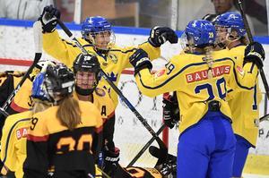 Sveriges Fanny Rask grattas efter 6-0-målet under i matchen mot Tyskland.