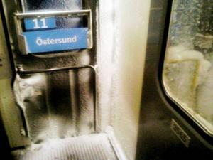 I fredags var tåget från Stockholm till Östersund i dåligt skick. Så här såg dörren till en av tågvagnarna ut.