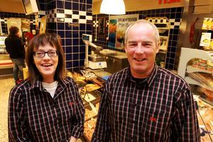 Annika Starkenberg och Mats Carlsson äger Ica Torghallen i Askersund. Nu har de tilldelats utmärkelsen Årets företagare i Askersund.