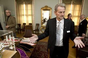I klubblokalens förmak. Undermästare Hans Hedlund visar runt i Odd Fellows-husets lokaler.