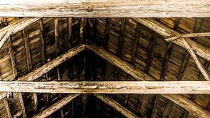 Inne i ladugården hittades Britta mördad. Även korna på gården hade huggit till döds.
