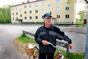 NYTT BESLUT. Kent Olsson en av de många Marmabor som gläds åt Älvkarlebyhus nya beslut att bolaget ska ta kontakt med intressenter som vill köpa hyreshuset på Båtsmansvägen.