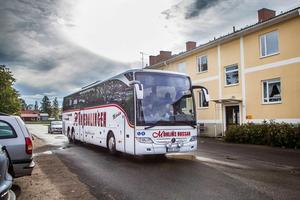 Mohlins buss vann upphandlingen om skolskjutsar i Ljusdal-, Färila- och Järvsö-området. Men än är inte upphandlingen för hela kommunen klar.