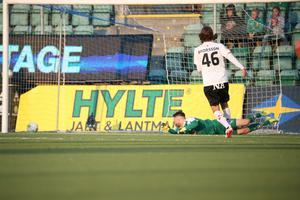 Spiken i kistan. Arvid Brorsson tvingas konstatera att ÖSK-målvakten Oscar Jansson inte når Peter Wilsons välplacerade segermål.