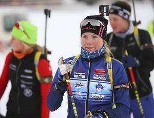 Sofia Myhr, Bruksvallstjejen som kör för Hede, var med i täten efter första skyttet, men efter tre bom föll hon ner till 16:e plats vid JVM-premiären i Rumänien.