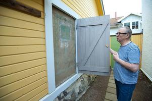 Strax innanför porten, på ett putsat väggparti, gjorde Carl Larsson en fresk. God dag 1909 står det, konservatorn Lennart Perssonhar restaureratmålningen på väggen och gjort luckan med kopia.