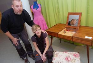 Therese Mattsson har gjort ett sminkbord till utställningen i Mora Kulturhus. Nu ska hon starta ett snickeri med kvalitetsmöbler tillsammans med Jonas Engström.