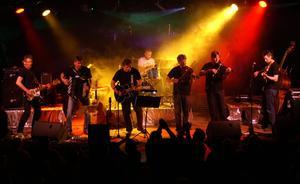 Rockig folkmusik. Lokala bandet Klövvilt uppträder på årets dansfestival.
