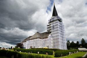 Nu är byggställningarna borta. Så här såg det ut under sommaren när arbetet med fasaden pågick.