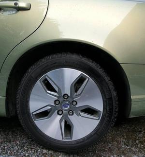 SPAR BENSIN.  Fälgarna är specialgjorda för att minska luftströmmarna kring hjulen. Däcken är specialgjorda för att minska rullmotståndet. Byter man till vanliga vinterdäck på vanliga plåtfälgar ökar bränsleförbrukningen.