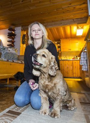 Emma har just börjat läsa medieprogrammet på gymnasiet i Östersund men trivs bäst hemma i Vallrun.