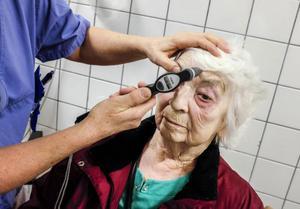 92-åriga Ruth Sundin har grå starr och besöker hälsocentralen i Backe för att kontrollera trycket i ögat.