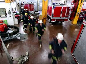 Utryckning – det kan bli dyrt för deltidsbrandmän som blir av med sitt andra jobb (brandmännen på bilden har inte med artikeln att göra).