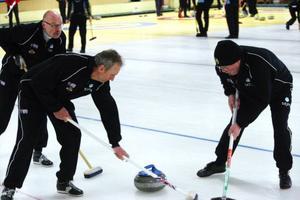 Lag Niklas Edin, från karlstad, rankas högt i den svenska curlingeliten just nu. Målet är OS i Vancouver. I år har de bland annat vunnit Vinteruniversiaden i Kina där stora delar av världseliten bland juniorerna deltog. Här är det Viktor Kjäll och Fredrik Lindberg som sopar frenetiskt.Curling är ett enda stort lagarbete, berättar medlemmarna i lag Sejfa. – Och så litet bollkänsla, säger Jan Andersson.
