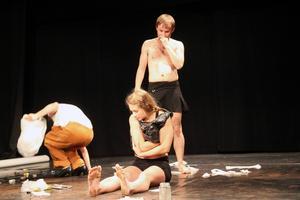 Waste Collective framför sin återvunna föreställning Skräp under festivalen Glada Hudik dansar.