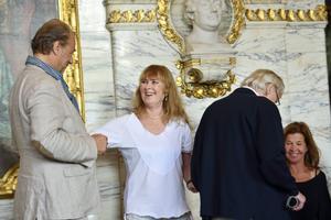 """Dramatenchefen Marie-Louise Ekman har inspirerats av konstnärskollektivet i sitt ledarskap och är nog det bästa som kunde ha hänt Dramaten. Bilden är från presentationen av teatervåren 2014 där hon presenterade sin egen pjäs """"Dödspatrullen"""" med bland andra Örjan Ramberg och Lars Amble i rollerna."""