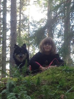 På höst promenad i skogen med vår hund Knas och barnbarnet Alice. Inskickat av Pia Ståhlbrand.