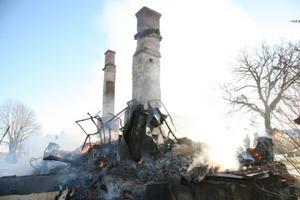 Bara skorstenarna står kvar efter branden. Foto: Lennye Osbeck, BBLAT.SE