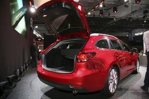 Kombiversionen av nya Mazda 6 gapar stort. De första exemplaren som lämnar fabriken i december går faktiskt till kombilandet Sverige. Till och med priserna är i stort sett klara och börjar på 240 000 kronor. Och då lär standardutrustningen vara generöst tilltagen.