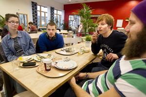 Olika strategier. Studenterna Josefine Häll, 20 år, Daniel Jansson, 22 år, Axel Forsberg, 19 år, och Carl Martin Berg, 25 år, resonerar olika.