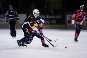 Simon Folkesson i duell med Johan Berglund.