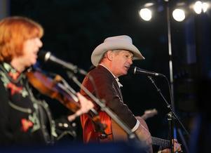 Doug Seegers och hans magnifika band på scenen i Hede folkpark.