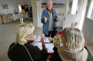 Vägvisare. Malin Edlund och Pernilla Wigefjord pekar ut den väg Ann Holmquist borde ta för att hitta rätt i tipspromenaden hos Brotorps IF