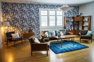Vardagsrummet är rymligt och andas 1950-tal.