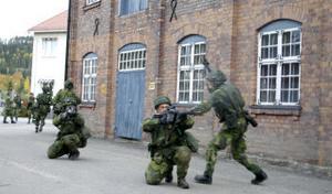 Soldaterna drar sig tillbaka efter det att de stött på moteld.
