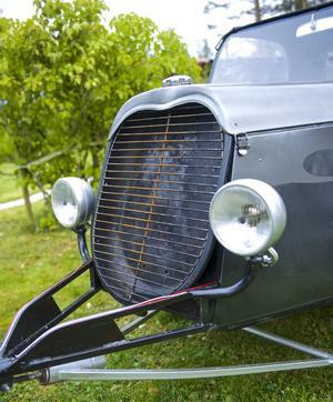 Grillen har samma form som grillen på en Ford från 1932. Pulkan har stötdämpare och krängningshämmare för att vara bekväm att åka i. Fjädern i draget är en ventillyftsfjäder från en Chevrolet 350.