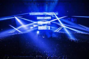Swedish House Mafia gjorde sin första av tre utsålda spelningar i Friends Arena i Solna, norr om Stockholm, på torsdagskvällen.