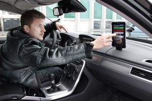 Med sin telefon laddad med den speciella appen kan Lars Forslöf åka omkring och mäta ojämnheterna i vägen. Grön färg visar att vägen är jämn, gul lite ojämn, röd mera ojämn och svart riktigt dålig.