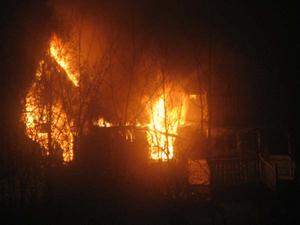 En sommarstuga i Skutskär började brinna i går kväll.