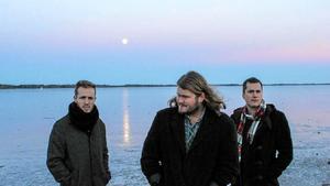 Mattias Nätterlund (till höger) tillsammans med brorsan Alexander Nätterlund och Mikael Jinneskog. Trion ligger bakom Örebro Hockeys officiella hymn Tro i våra hjärtan, och skrev också den officiella låten till SM-veckan i Örebro 2015, Under blåa bergens kant (arkvifoto).