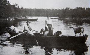 Till betet. Varje dag rodde familjen Ekelöf sina getter till en ö för att beta. Grimma, Prinsessan, Sippan, Vippan, Snövit och getabocken Putte var namnen.