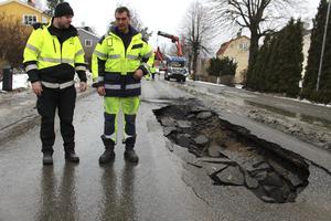Fredrik Gille, produktionsledare vid WBAB, och Jörgen Persson, maskinist vid AEB, kunde på tisdagsförmiddagen konstatera att man hade mycket jobb framför sig för att återställa den hårt trafikerade Högbergsgatan.