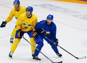 Daniel Sedin slåss om positionen med Patrik Berglund på en träning i Bolshoy Ice Dome i Sotji.