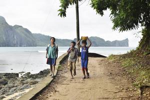 Pojkar på promenad utanför El Nido.   Foto: Anders Pihl