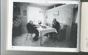 Ragnar Persson och Gunnar Lyrberg dricker förmiddagskaffe.