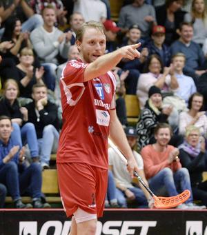 Pekar mot nya äventyr. Johan Samuelsson går vidare i karriären och lämnar Granlo BK.