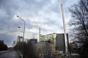 Växande anläggning. Fastighetsägarna anser att fjärrvärmeverken utnyttjar sin monopolsituation och därför gör man regelbundet jämförelser av pris och även utsläpp av växthusgasen koldioxid. Mälarenergi ligger risigt till för 2013.