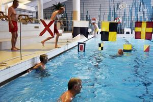 Ordförande Lasse Ohlsson tar sats för att göra bomben ner i simbassängen.