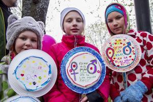 Wynja Törnros, Edith Kousku och Vilda Törnros hade gjort egna skyltar till förstamajtåget.