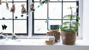 Låt dekorationerna gå i en mild färgskala om du vill köra en naturnära jul.