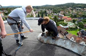 Emil Sandnabba är ordentligt säkrad när Patrik Höglund hjälper honom över kanten.