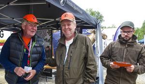 – Vi har pratat med många och värvat många nya medlemmar, säger Stefan Ericsson (mitten). Här tillsammans med Kjell Tjärnås och Magnus Hansson från Svenska jägareförbundet.
