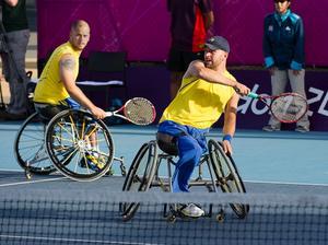 Dubbelparet Stefan Olsson och Peter Vikström besegrade fransmännen Stephane Houdet och Michael Jeremiasz i dagens semifinal med 6-1, 6-7 på London Paralympics på torsdagen.